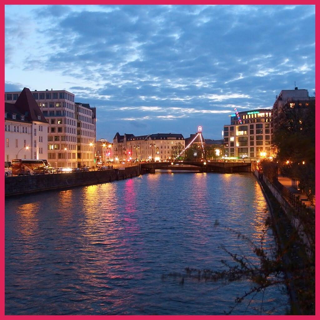 Abendliche Brückenfahrt Berlin-Friedrichstraße