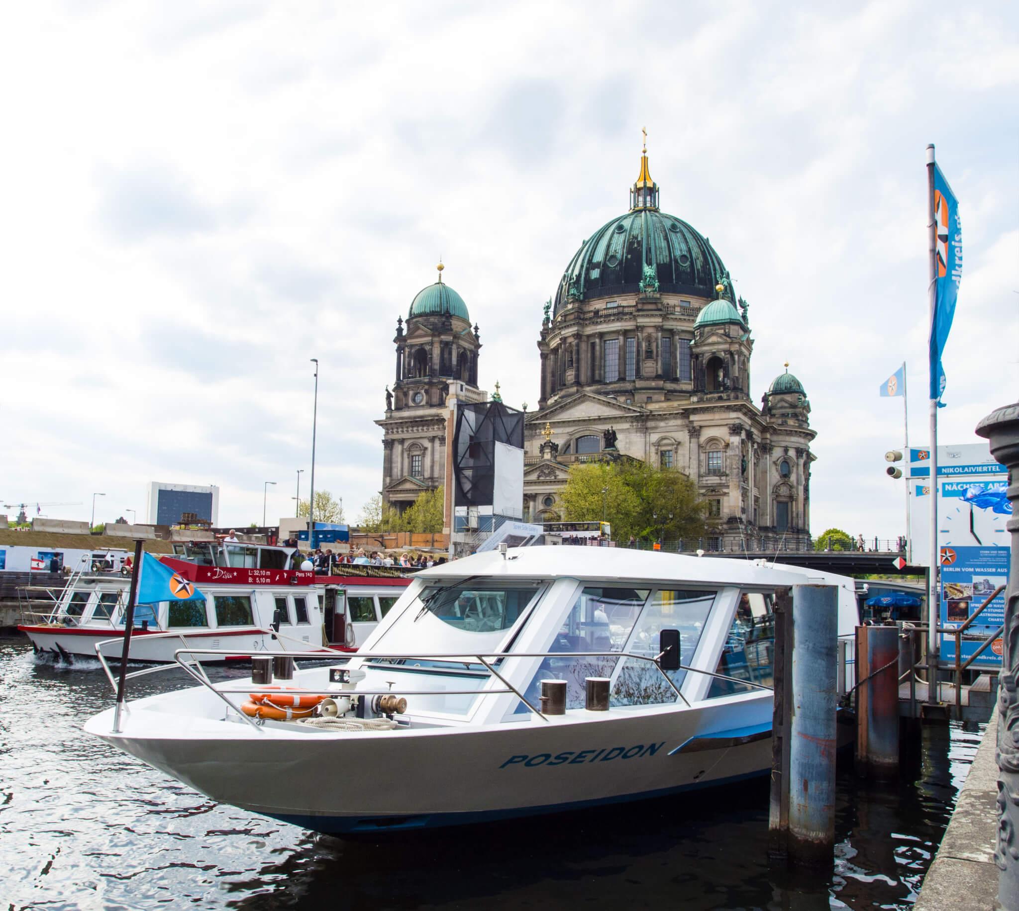 Anlegestelle Nikolaiviertel - Blick auf den Berliner Dom