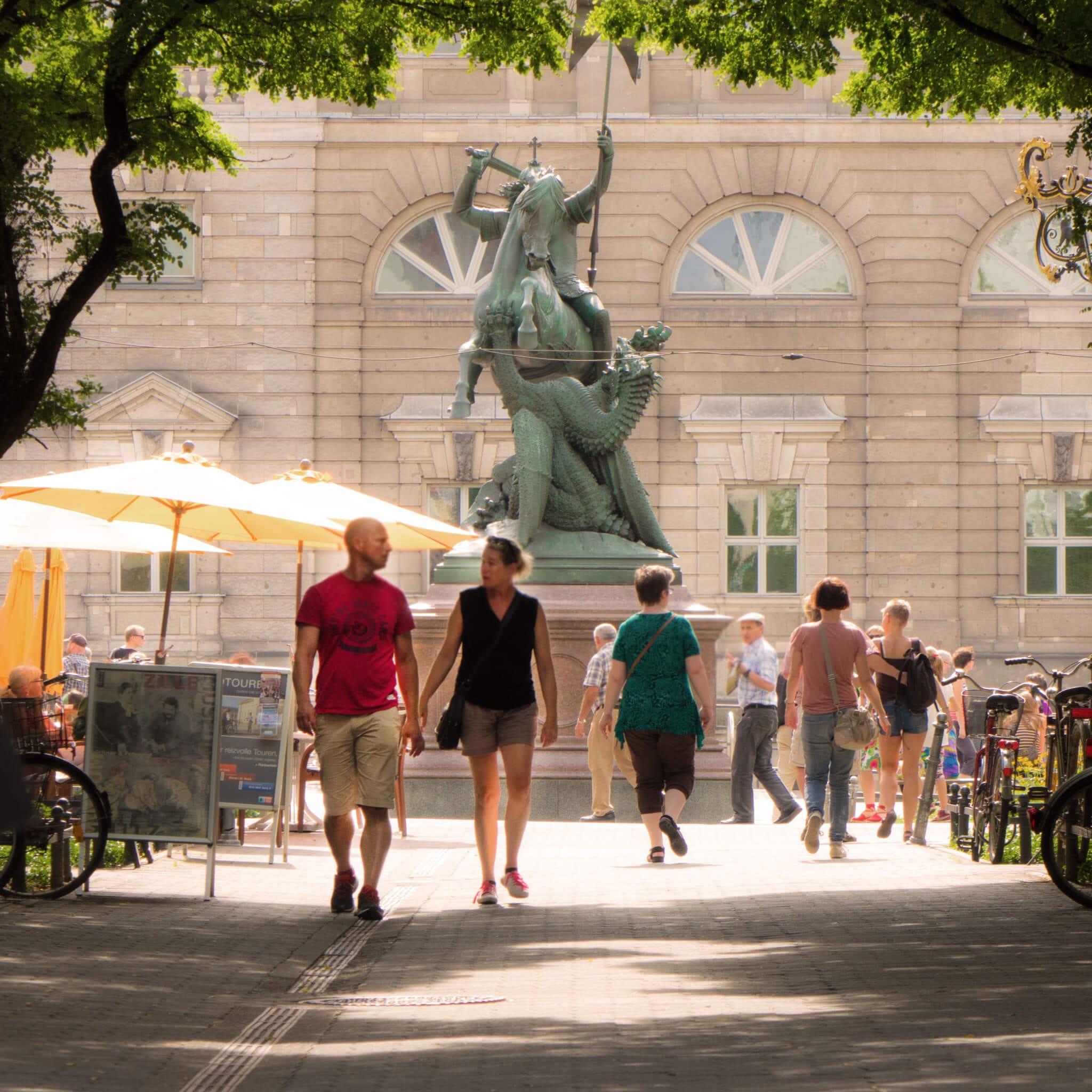 Anlegestelle Nikolaiviertel - Statue Heiliger Georg