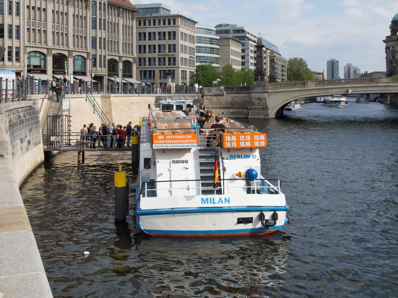Anlegestelle Alte Börse-mit Schiff