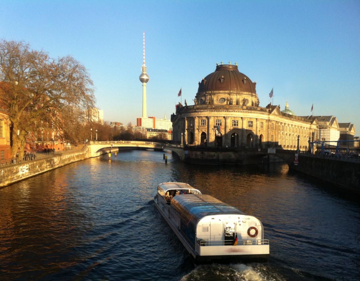 Schifffahrt Berlin Winter - Bodemuseum und Fernsehturm