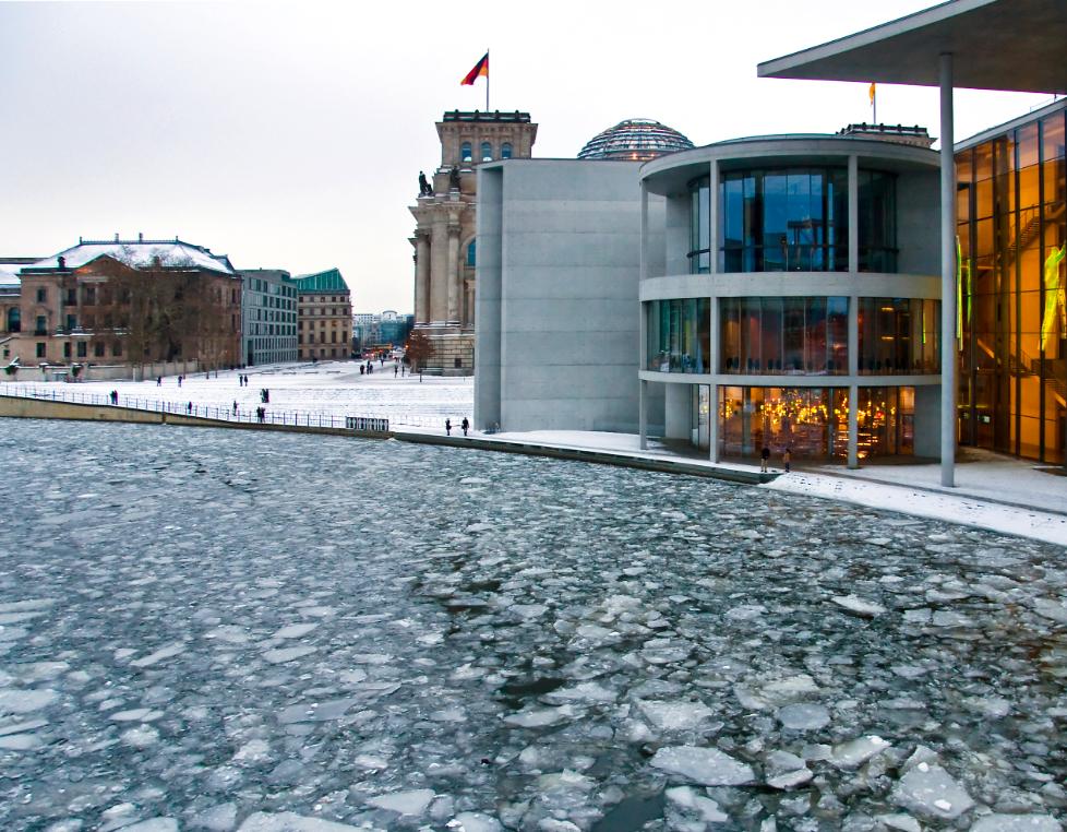 schifffahrt-berlin-winter-eisschollen-spree
