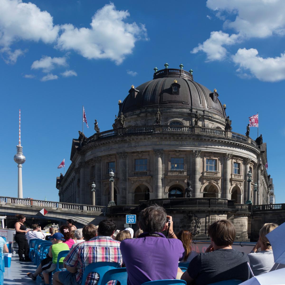 spree-schifffahrt-berlin-fernsehturm-und-bodemuseum