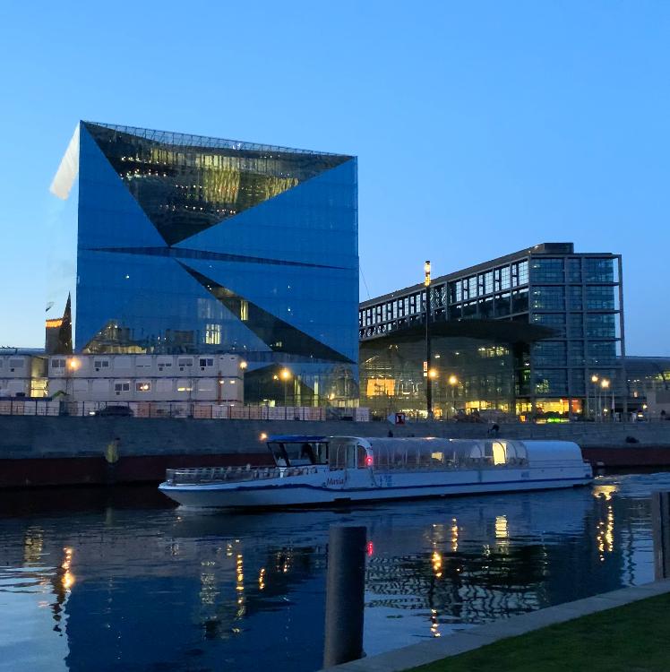 schifffahrt-berlin-berliner-hauptbahnhof-abends