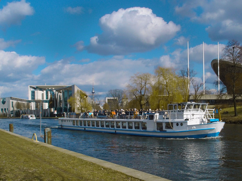Bootsfahrt auf der Spree- M. Hirschfeld Ufer